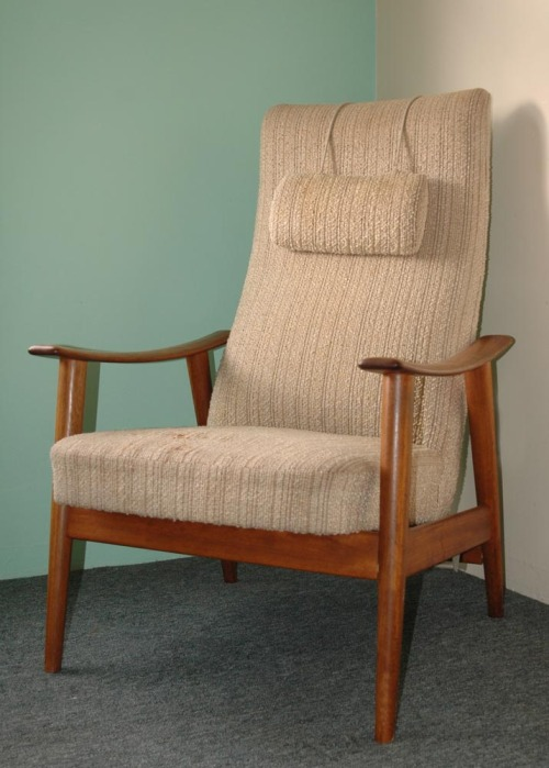 This pictures shows a vintage 1960s mid-century Danish modern teak armchair.